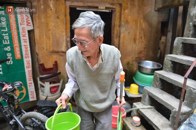 Cặp vợ chồng hơn 40 năm sống trên nóc nhà vệ sinh ở phố cổ kể về những cái Tết không bánh kẹo, họ hàng không ai đến chúc Tết  - Ảnh 6.