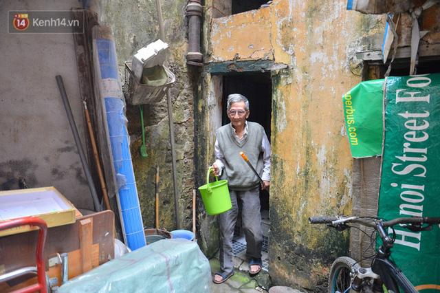 Cặp vợ chồng hơn 40 năm sống trên nóc nhà vệ sinh ở phố cổ kể về những cái Tết không bánh kẹo, họ hàng không ai đến chúc Tết  - Ảnh 7.