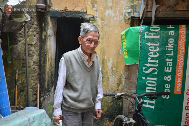 Cặp vợ chồng hơn 40 năm sống trên nóc nhà vệ sinh ở phố cổ kể về những cái Tết không bánh kẹo, họ hàng không ai đến chúc Tết  - Ảnh 8.