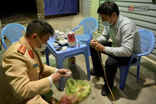 Hải Dương trước giờ giãn cách xã hội toàn tỉnh: Lực lượng xuyên đêm lập thêm 17 chốt kiểm dịch dọc Quốc lộ 5 - Ảnh 9.