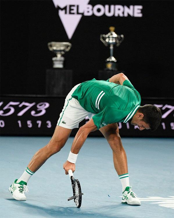 Novak Djokovic lại đập nát vợt: Hành động đáng xấu hổ khiến ngôi sao quần vợt mất điểm, thi đấu thành công nhưng luôn bị ghét bỏ - Ảnh 1.