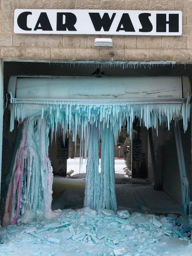 Loạt ảnh siêu thực về giá rét tại Texas: Bể cá hóa đá, tuyết rơi dày làm sập trần nhà - Ảnh 14.