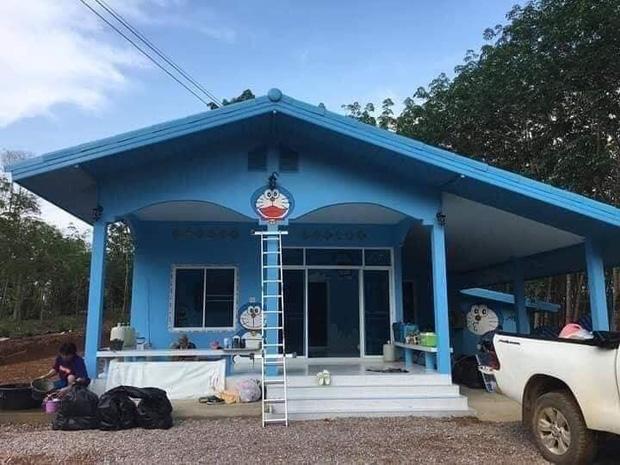 Căn nhà có gia chủ mê Doraemon khiến dân tình tranh cãi: Dễ thương hay nhố nhăng như cái vườn trẻ? - Ảnh 1.