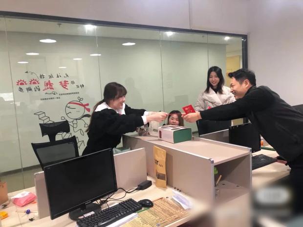 Ăn Tết tại chỗ mùa Covid-19: Kỳ nghỉ Tết không dài bằng chuỗi ngày cách ly, nhiều người dân Trung Quốc dằn lòng không về quê đón năm mới - Ảnh 3.