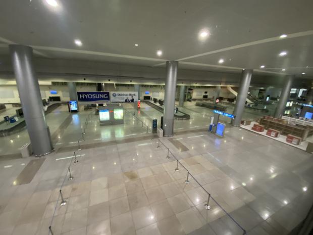 Chùm ảnh: Hình ảnh trái ngược ở ga quốc tế Tân Sơn Nhất trong năm nay và năm trước dịp gần Tết Nguyên đán - Ảnh 21.