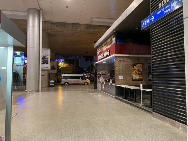 Chùm ảnh: Hình ảnh trái ngược ở ga quốc tế Tân Sơn Nhất trong năm nay và năm trước dịp gần Tết Nguyên đán - Ảnh 23.