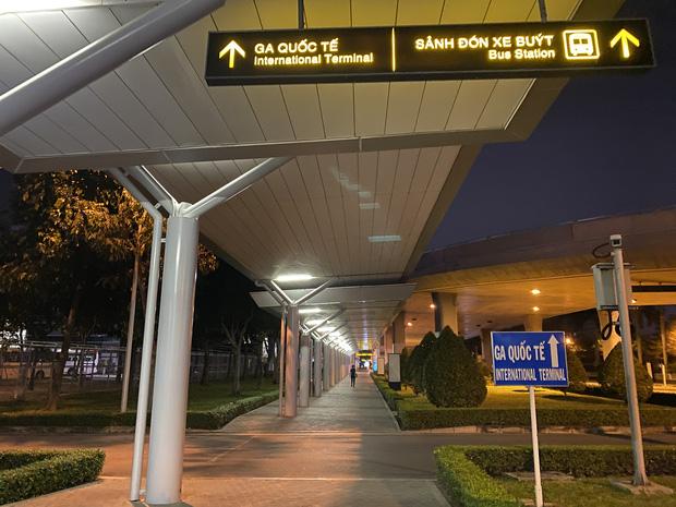 Chùm ảnh: Hình ảnh trái ngược ở ga quốc tế Tân Sơn Nhất trong năm nay và năm trước dịp gần Tết Nguyên đán - Ảnh 26.