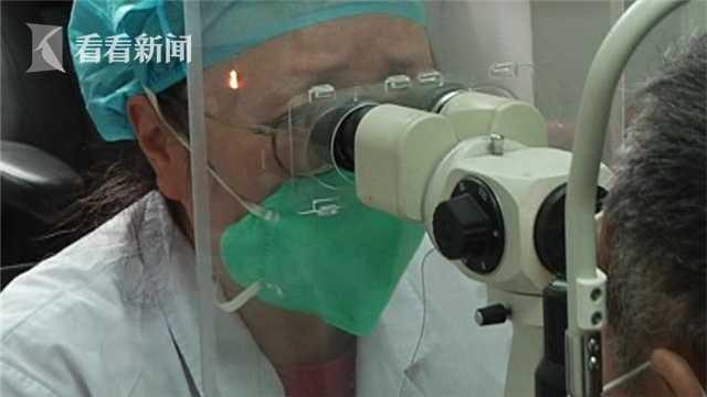 BS nhãn khoa: Người trẻ sử dụng điện thoại, máy tính nhiều có thể mắc bệnh mắt vĩnh viễn - Ảnh 1.
