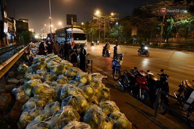 Hà Nội: Hàng chục tấn rau củ quả từ Hải Dương về điểm giải cứu, người dân chờ đợi và mua ngay trong đêm - Ảnh 1.