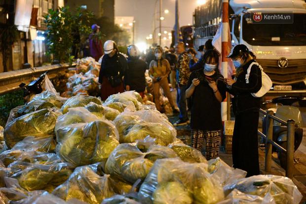 Hà Nội: Hàng chục tấn rau củ quả từ Hải Dương về điểm giải cứu, người dân chờ đợi và mua ngay trong đêm - Ảnh 2.