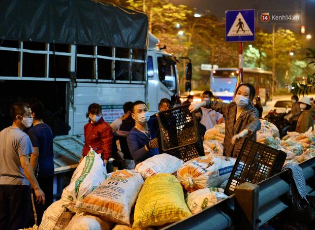 Hà Nội: Hàng chục tấn rau củ quả từ Hải Dương về điểm giải cứu, người dân chờ đợi và mua ngay trong đêm - Ảnh 12.