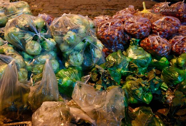 Hà Nội: Hàng chục tấn rau củ quả từ Hải Dương về điểm giải cứu, người dân chờ đợi và mua ngay trong đêm - Ảnh 13.
