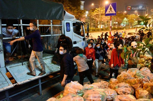 Hà Nội: Hàng chục tấn rau củ quả từ Hải Dương về điểm giải cứu, người dân chờ đợi và mua ngay trong đêm - Ảnh 14.