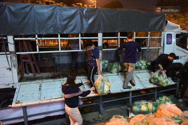 Hà Nội: Hàng chục tấn rau củ quả từ Hải Dương về điểm giải cứu, người dân chờ đợi và mua ngay trong đêm - Ảnh 16.