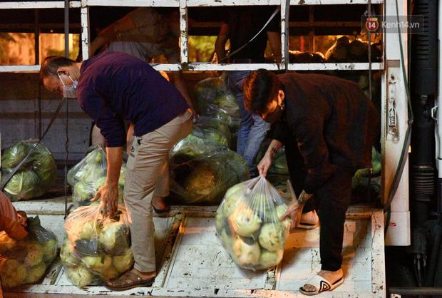 Hà Nội: Hàng chục tấn rau củ quả từ Hải Dương về điểm giải cứu, người dân chờ đợi và mua ngay trong đêm - Ảnh 17.