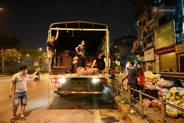 Hà Nội: Hàng chục tấn rau củ quả từ Hải Dương về điểm giải cứu, người dân chờ đợi và mua ngay trong đêm - Ảnh 3.