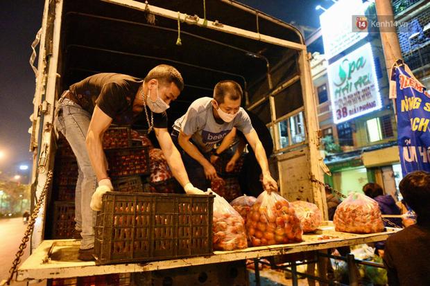 Hà Nội: Hàng chục tấn rau củ quả từ Hải Dương về điểm giải cứu, người dân chờ đợi và mua ngay trong đêm - Ảnh 4.