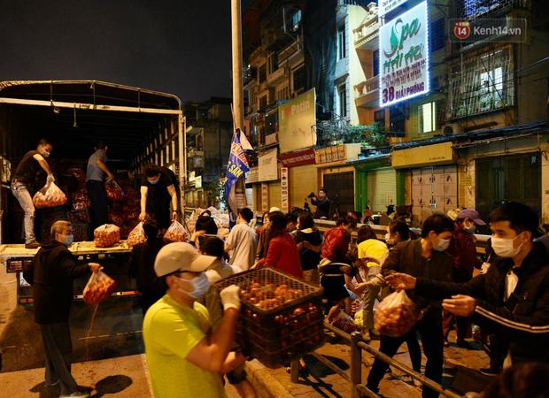 Hà Nội: Hàng chục tấn rau củ quả từ Hải Dương về điểm giải cứu, người dân chờ đợi và mua ngay trong đêm - Ảnh 5.