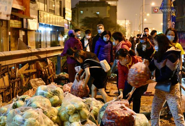 Hà Nội: Hàng chục tấn rau củ quả từ Hải Dương về điểm giải cứu, người dân chờ đợi và mua ngay trong đêm - Ảnh 6.