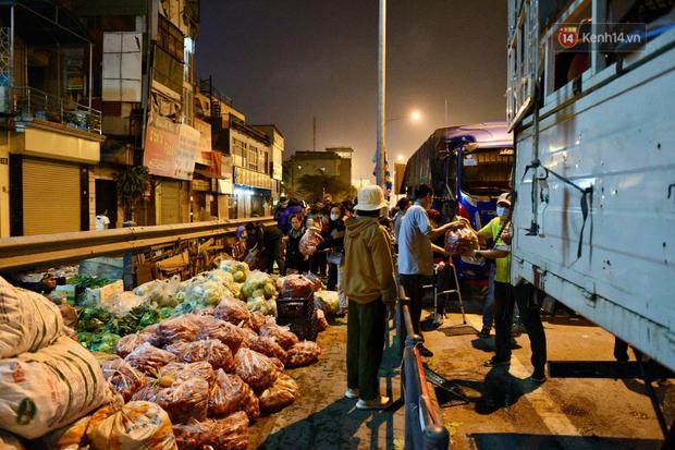 Hà Nội: Hàng chục tấn rau củ quả từ Hải Dương về điểm giải cứu, người dân chờ đợi và mua ngay trong đêm - Ảnh 8.