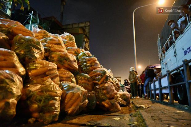 Hà Nội: Hàng chục tấn rau củ quả từ Hải Dương về điểm giải cứu, người dân chờ đợi và mua ngay trong đêm - Ảnh 9.