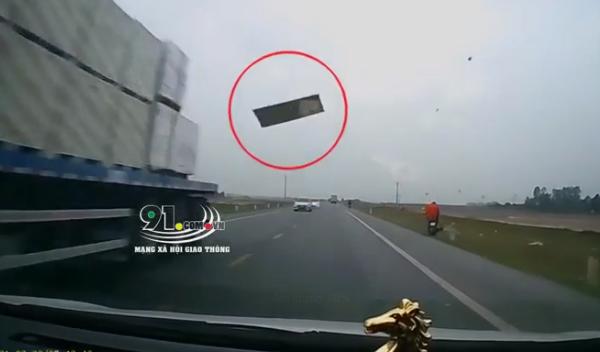 Kinh hoàng: Tấm thạch cao bay từ trên trời rơi xuống đập thẳng vào kính lái ô tô, tài xế hoảng loạn không thể làm gì - Ảnh 2.