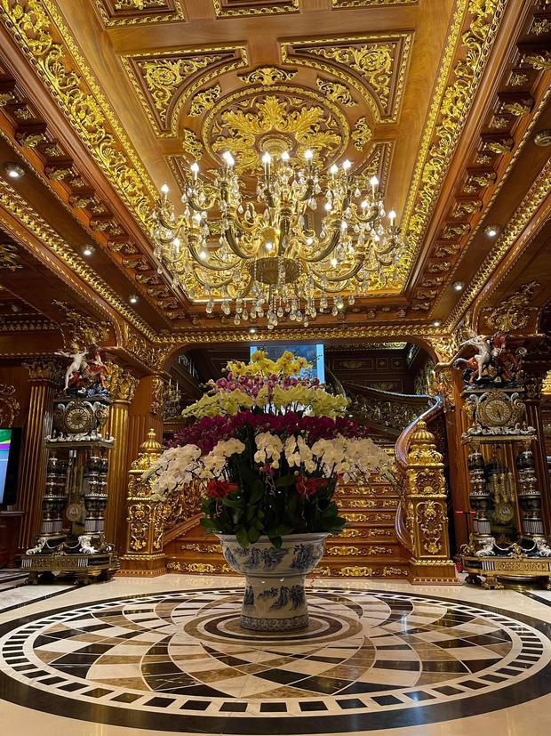 Biệt thự 7 tầng của đại gia ngành sắt Việt giàu lên từ thu mua sắt vụn: Độ hoành tráng sánh ngang lâu đài, tổng giá trị cỡ 300 tỷ  - Ảnh 2.