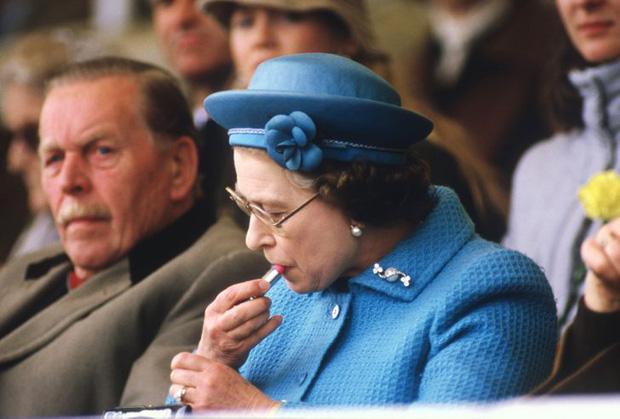 Những lần quy định Hoàng gia Anh bị phá tan bởi chính Nữ hoàng Elizabeth II: Ai mà nghĩ Nữ hoàng cũng có lúc nổi loạn đến vậy - Ảnh 1.