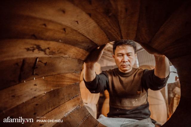Chuyện khó tin về một dòng họ mất tận nửa năm để đi tìm tấm da trâu đặc biệt làm chiếc trống lớn nhất Việt Nam chào đón năm Tân Sửu 2021!  - Ảnh 6.