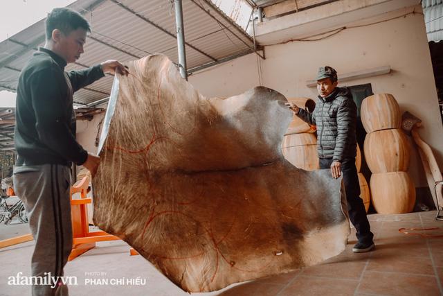 Chuyện khó tin về một dòng họ mất tận nửa năm để đi tìm tấm da trâu đặc biệt làm chiếc trống lớn nhất Việt Nam chào đón năm Tân Sửu 2021!  - Ảnh 10.
