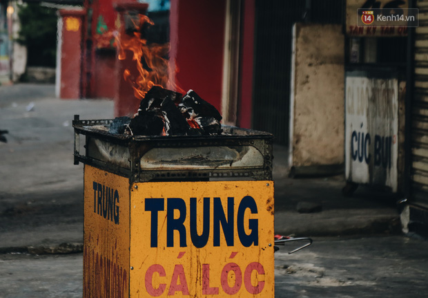 Ảnh: Người Sài Gòn tấp nập mua cá lóc cúng ông Công ông Táo, chủ tiệm nướng mỏi tay không kịp bán - Ảnh 1.