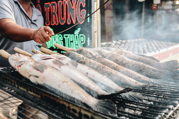 Ảnh: Người Sài Gòn tấp nập mua cá lóc cúng ông Công ông Táo, chủ tiệm nướng mỏi tay không kịp bán - Ảnh 11.