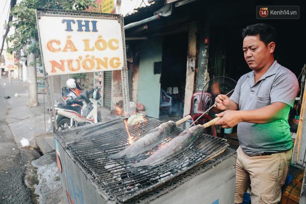 Ảnh: Người Sài Gòn tấp nập mua cá lóc cúng ông Công ông Táo, chủ tiệm nướng mỏi tay không kịp bán - Ảnh 3.