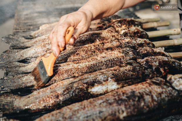Ảnh: Người Sài Gòn tấp nập mua cá lóc cúng ông Công ông Táo, chủ tiệm nướng mỏi tay không kịp bán - Ảnh 9.