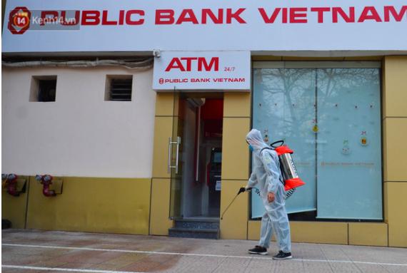 Khẩn: Hà Nội tìm kiếm những người từng đến phòng giao dịch nơi nữ nhân viên ngân hàng mắc Covid-19 làm việc - Ảnh 1.