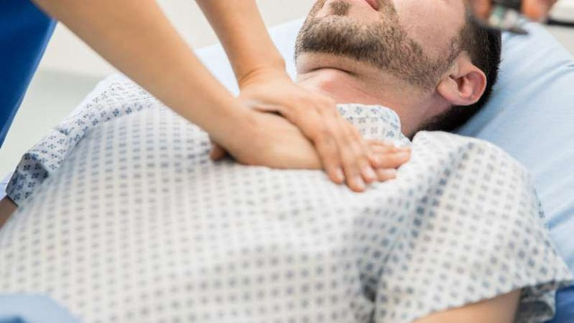 Đừng chủ quan với kiểu đau ngực sau: Rất có thể đây là triệu chứng vàng cảnh báo đột tử - Ảnh 1.