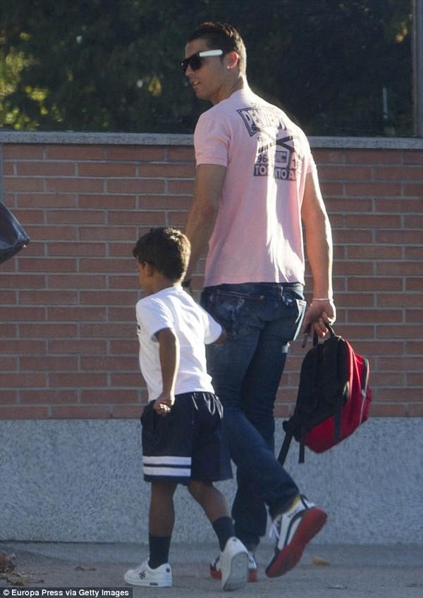 Siêu sao Ronaldo dù bận rộn vẫn đích thân làm điều này cho con trai, nhưng câu chuyện đằng sau mới khiến nhiều người thích thú - Ảnh 1.