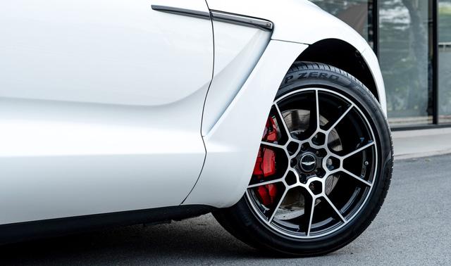 Rộ tin doanh nhân Phạm Trần Nhật Minh mua Aston Martin DBX đầu tiên về Việt Nam giá 20 tỷ đồng - Ảnh 4.