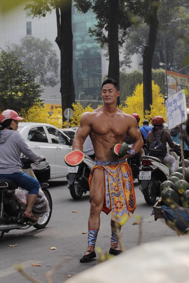 """Vén màn sự thật người đàn ông 6 múi cơ bắp cuồn cuộn bán dưa hấu giữa đường: Chiêu PR """"cao tay""""?  - Ảnh 1."""
