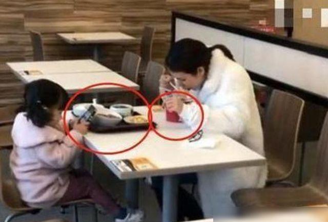 Hai mẹ con ngồi ăn ở khu dịch vụ, người qua đường chụp ảnh tung lên mạng, dân tình đồng loạt bày tỏ: Quá lo lắng cho tương lai của đứa trẻ - Ảnh 1.