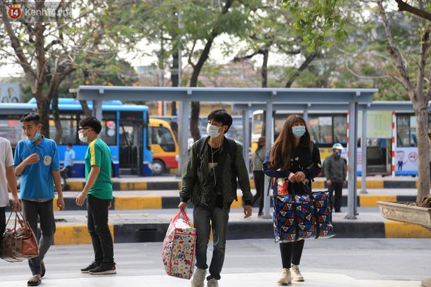 Chủ nhật cuối cùng của năm Canh Tý 2020: Đường phố Hà Nội thông thoáng, bến xe vắng vẻ - Ảnh 1.
