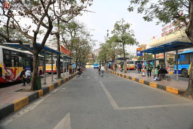 Chủ nhật cuối cùng của năm Canh Tý 2020: Đường phố Hà Nội thông thoáng, bến xe vắng vẻ - Ảnh 3.