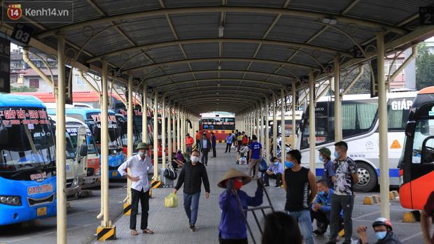 Chủ nhật cuối cùng của năm Canh Tý 2020: Đường phố Hà Nội thông thoáng, bến xe vắng vẻ - Ảnh 9.