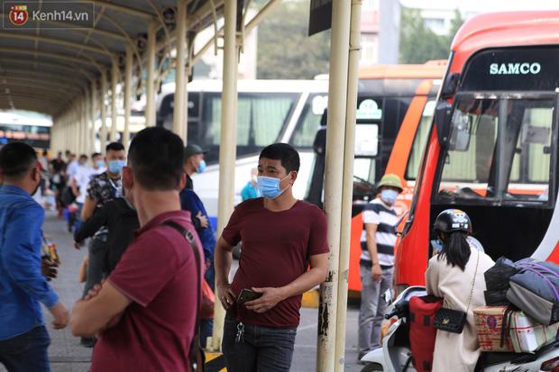 Chủ nhật cuối cùng của năm Canh Tý 2020: Đường phố Hà Nội thông thoáng, bến xe vắng vẻ - Ảnh 10.