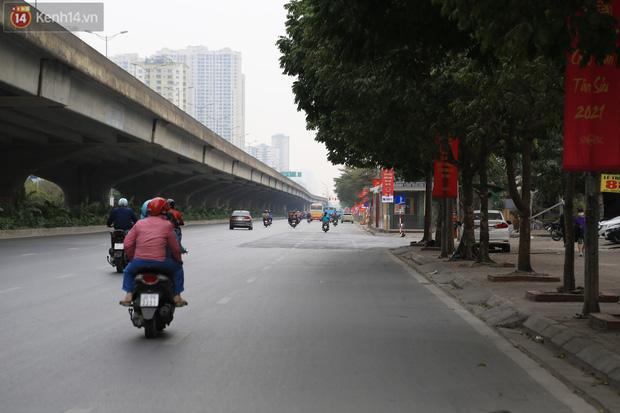 Chủ nhật cuối cùng của năm Canh Tý 2020: Đường phố Hà Nội thông thoáng, bến xe vắng vẻ - Ảnh 13.