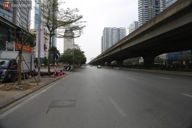 Chủ nhật cuối cùng của năm Canh Tý 2020: Đường phố Hà Nội thông thoáng, bến xe vắng vẻ - Ảnh 14.