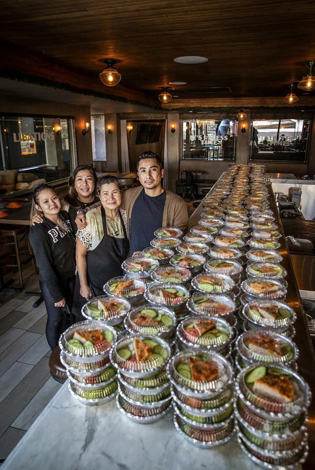 Nhà hàng Việt cung cấp 60.000 bữa ăn miễn phí mùa Covid, báo Mỹ ca ngợi nhà hàng hào phóng nhất - Ảnh 2.