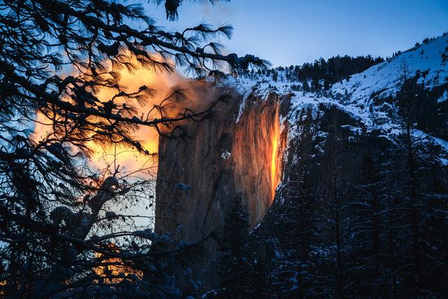 Chiêm ngưỡng thác lửa độc đáo duy nhất trong năm ở Mỹ - Ảnh 3.