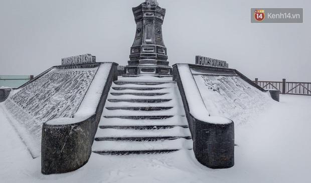 Ảnh: 28 Tết, tuyết phủ dày 60cm trên đỉnh Fansipan, đẹp như phim cổ trang - Ảnh 1.