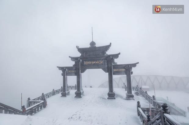 Ảnh: 28 Tết, tuyết phủ dày 60cm trên đỉnh Fansipan, đẹp như phim cổ trang - Ảnh 2.